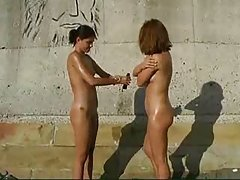 sunscreenlotion と 2 のヌーディストの女の子